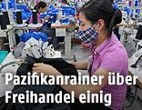 Näherin in einer vietnamesischen Textilfabrik