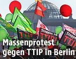 """Massendemonstration mit """"Stoppen Sie TTIP""""-Bannern in Berlin"""