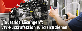 Automechaniker arbeitet am VW-Motor