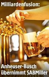 Kellner zapft ein Bier
