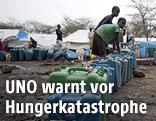 Menschen erhalten Hilfgüter in der äthiopischen Verwaltungsregion Gambela
