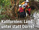 Rettungseinsatzkräfte bergen einen Mann in einer überfluteten Region nahe Los Angeles, Kalifornien