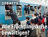 Flüchtlinge klettern in offene Zugfenster