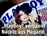 """Man liest eine Ausgabe des """"Playboy"""""""