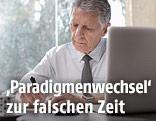 Älterer Arbeitnehmer vor Computer