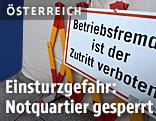 Ein Schild sthet vor einem Flüchtlings-Notquartier