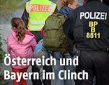 Polizisten aus Deutschland und Österreich begleiten Flüchtlinge über die Grenze