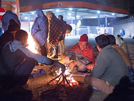 Flüchtlinge am Lagerfeuer