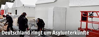 Aufbau von Flüchtlingszelten