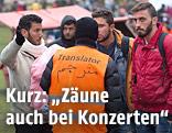 Ein Übersetzer mit Flüchtlingen