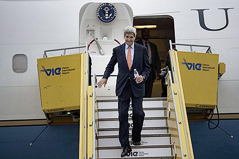 US-Außenminister steigt aus Flugzeug am Flughafen Wien-Schwechat aus