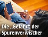 Frau mit Smartphone auf einem Sofa