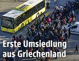 Flüchtlinge werden mit Bussen abtransportiert