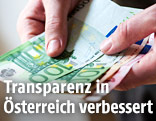 Hand zählt Euroscheine