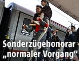 Flüchtlinge am Bahnsteig vor ÖBB-Zug