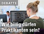 Frau arbeitet auf einem Computer