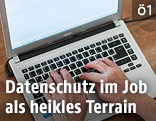 Hände auf einem Laptop