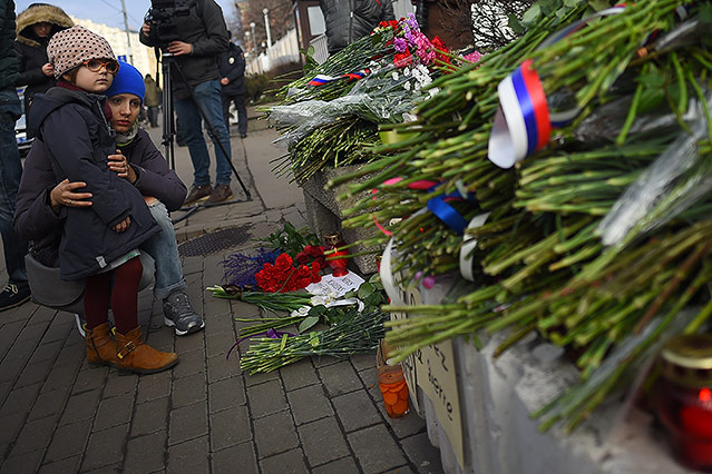 Menschen vor der französischen Botschaft in Moskau