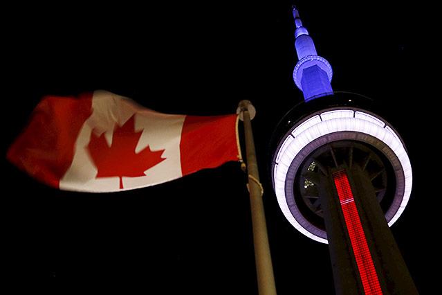 Beleuchteter CN Tower in Toronto