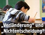 Ein Schüler im Klassenzimmer