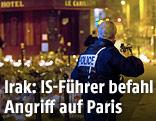 Polizist mit Waffe im Anschlag