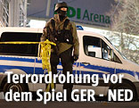 Deutscher Polizist vor Stadion