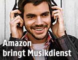 Junger mann hört mit Kopfhörern Musik