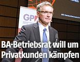 Der Betriebsratschef der Bank Austria Adolf Lehner während der Bank-Austria-Betriebsversammlung