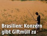 Mann fischt in verschmutzem Fluss