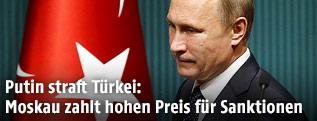 Russischer Präsident Putin neben einer türkischen Flagge
