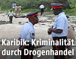 Polizisten auf dem Strand von Holmes Rock, Bahamas