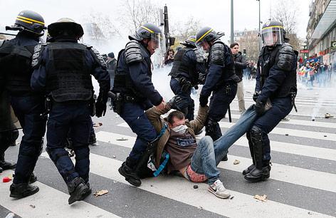 Polizisten verhaften einen Demonstranten