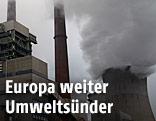 Rauchender Schlot eines Kohlekraftwerkes