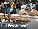 Pensionisten sitzen auf einer Bank