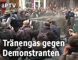 Polizei versprüht Tränengas gegen Demonstranten