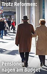 Pensionisten in der Stadt gehen auf einem Gehsteig
