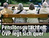 Pensionisten auf einer Parkbank