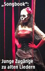 Frau im Goth-Gewand