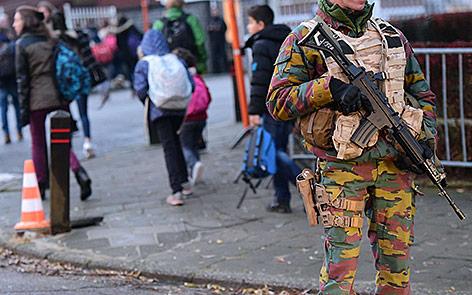 Schulkinder gehen an einem Soldaten in Brüsssel vorbei