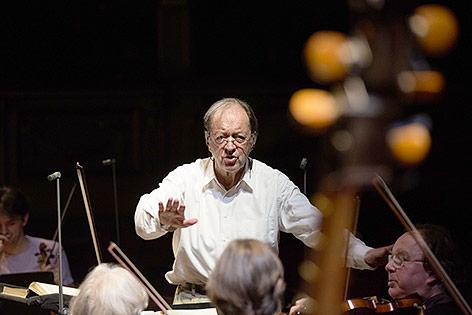 Nikolaus Harnoncourt dirigiert das Concentus Musicus