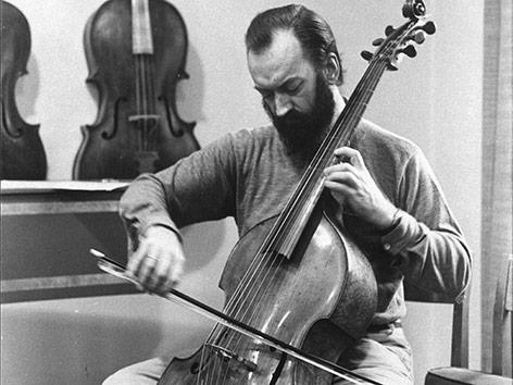 Nikolaus Harnoncourt am Cello