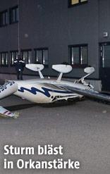 Vom Wind auf den Rücken gedrehtes Kleinflugzeug