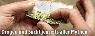 Mann rollt einen Joint