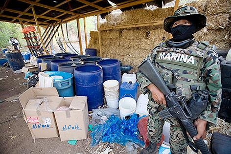 Ein mexikanischer Soldat steht neben einem Methamphetaminlabor