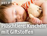 Kleinkind schläft mit Kuscheltier im Arm