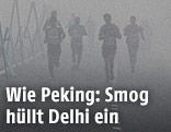 Teilnehmer beim Halbmarathon in Delhi laufen im Smog