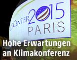 Kugel mit Projetktionen bei der Klimakonferenz in Paris