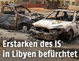 Ausgebrannte Autowracks nach einem IS-Selbstmordanschlag in Libyen