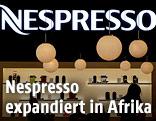 Nespresso-Logo und -Kaffeemaschinen hinter einer Theke