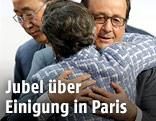 Francois Hollande umarmt Christiana Figueres